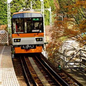 京都、叡山電車の紅葉トンネル